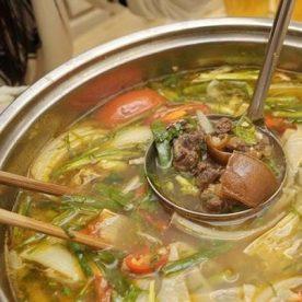 Bỏ thêm các loại rau vào nồi nước lẩu và nêm nếm vừa ăn