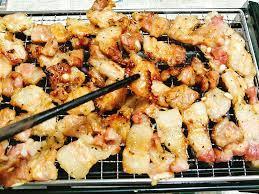 Loại bỏ phần bị cháy để khử mùi cháy trong thức ăn