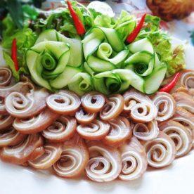 Tai heo luộc ngũ vị là món ăn không thể thiếu trong mâm cơm gia đình đơn giản