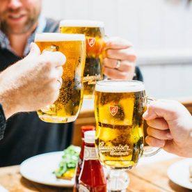 Uống 2 tặng 1 bia Budvar tại Vườn Bia Hà Nội vào thứ 2: Khách uống bia trong nhà 2